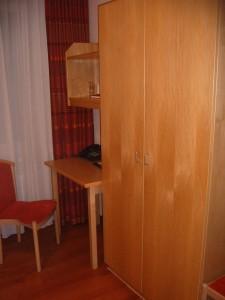 Schreibtisch und Schrank